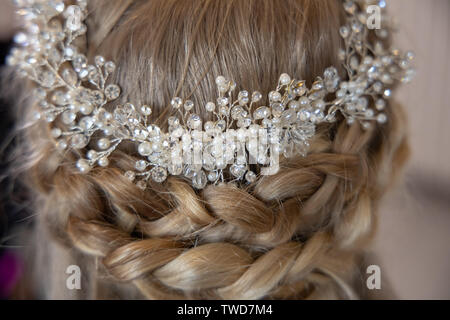 Bride prepares her hair for Wedding, Jennycliff, Plymouth, Devon, UK - Stock Image