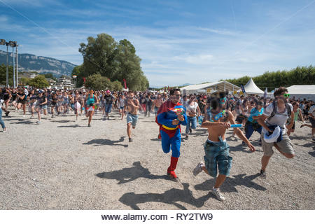 25,000 people running to see their favorite band at Musilac summer festival - Stock Image