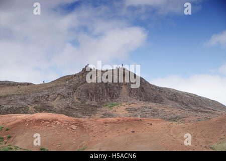 vantage point at Geysir, Southern Iceland: People standing on top of barren hill top - Stock Image