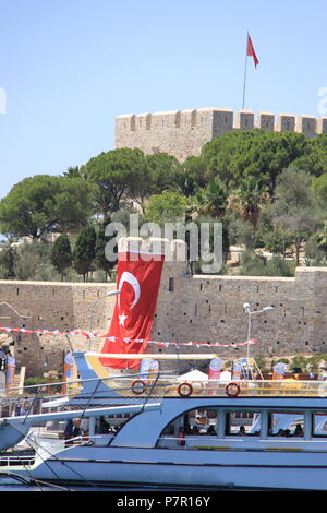 Byzantine castle built on Pigeon Island overlooking the town and port of Kusadasi, Aydin Province, TURKEY, PETER GRANT - Stock Image
