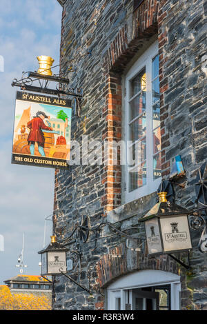 The Old Custom House pub exterior and inn sign in Padstow, Cornwall, England - Stock Image