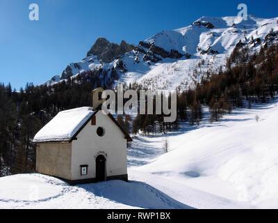 Chapelle de St Simon near Sommet Bucher, Molines-en-Queyras,Parc regional du Queyras, French Alps - Stock Image