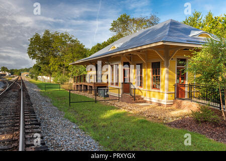 JONESBOROUGH, TN, USA-9/29/18:  The relocated Chuckey train depot, and a caboose from the southern railway  are displayed in historic Jonesborough. - Stock Image