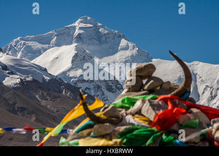 The North Face of Mount Everest and Tibetan prayer flags - Stock Image