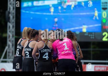 Krefeld, Germany, June 16 2019, hockey, women, FIH Pro League, Germany vs. Australia:  German players huddle in front of video screen. - Stock Image