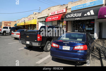 small strip shopping center just outside the gates of University of Md in College Park, Maryland - Stock Image