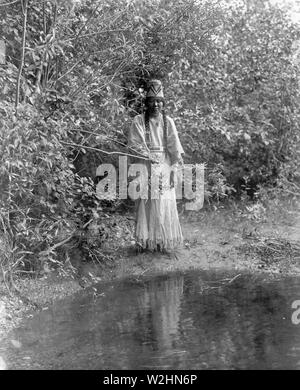 Edward S. Curtis Native American Indians -  Nespelim woman standing at water's edge ca. 1905 - Stock Image
