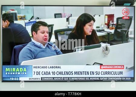 Cartagena Colombia TV television monitor screen flat screen Spanish language news Chilean labor market - Stock Image
