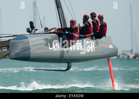 Portsmouth, UK. 25th July 2015. Scott of Landcover BAR gives the crew a thumbs up after Ben Ainslie steers the team - Stock Image