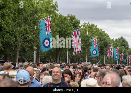 London 10th July 2018 The RAF 100 flypast in the Mall London The crowds in the Mall Credit Ian Davidson/Alamy Live News Credit: Ian Davidson/Alamy Live News - Stock Image