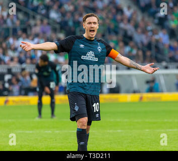 sports, football, Bundesliga, 2018/2019, Borussia Moenchengladbach vs SV Werder Bremen 1-1, Stadium Borussia Park, scene of the match, Max Kruse (Bremen) complains time wasting by Gladbach, DFL REGULATIONS PROHIBIT ANY USE OF PHOTOGRAPHS AS IMAGE SEQUENCES AND/OR QUASI-VIDEO - Stock Image
