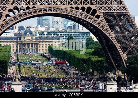 Crowds under Eiffel Tower and on Champ de Mars, Paris, France. - Stock Image