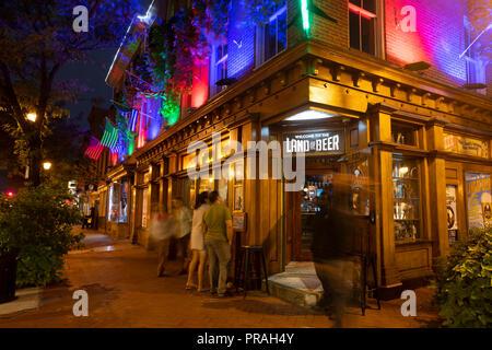 USA Maryland Baltimore Fells Point Maxs on Broadway Land of Beer bar tavern pub nightlife - Stock Image
