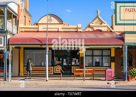 Victorian building, 'Roy Inwood VC House' in Argent Street, Broken Hill, New South Wales, Australia.  A statue of Roy Inwood stands outside. - Stock Image