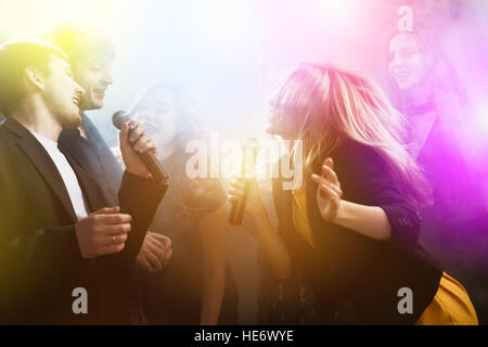 Group friends friendship party karaoke club - Stock Image