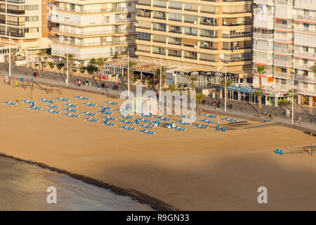 Benidorm, Costa Blanca, Spain, 25th December 2018. Empty beaches at the start of the holiday, will soon be packed with holidaymakers enjoying the forecasted hot temps and calm weather today in Benidorm on the Costa Blanca coast. This is a favourite getaway destination for Brits escaping the cold weather at home. Temperatures will be in the mid to high 20's Celsius today in this mediterranean hotspot. - Stock Image