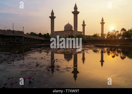 Morning sunrise sky of Masjid Bukit Jelutong in Shah Alam near Kuala lumpur, Malaysia. Also known as Mosque of Tengku Ampuan Rahimah. - Stock Image