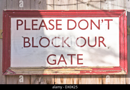 A sign on a home gate asking public not to block the gateway - Stock Image