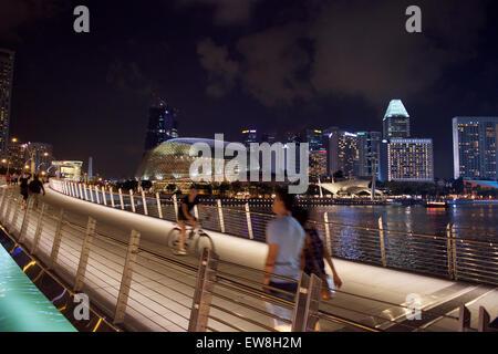 Foot bridge to esplanade on the bay in Singapore - Stock Image