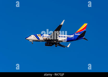 Southwest 737 on approarch to Burbank-Hollywood (Bob Hope) Airport - Stock Image