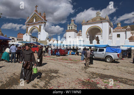 Priests waiting to bless cars, a unique ritual at the Basílica de Nuestra Señora in Copacabana, Bolivia - Stock Image