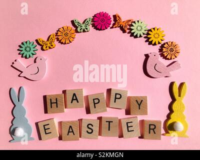 Happy Easter, wooden letters on pink - Stock Image
