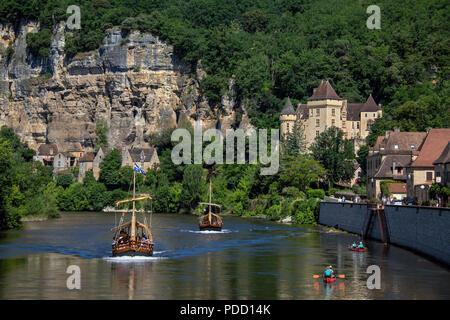 The village of La Roque-Gageac, Chateau de la Malartrie and the Dordogne River. This pictursque village is in the Dordogne department of the Nouvelle- - Stock Image