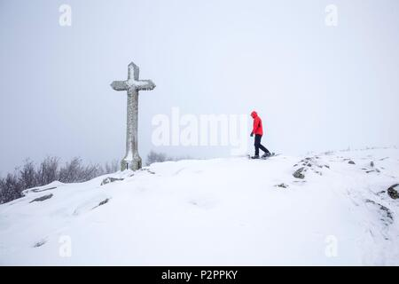 France, Lozere, Aubrac Regional Nature Park, Marchastel, snowshoe hike in the fog to lake Saint Andeol - Stock Image