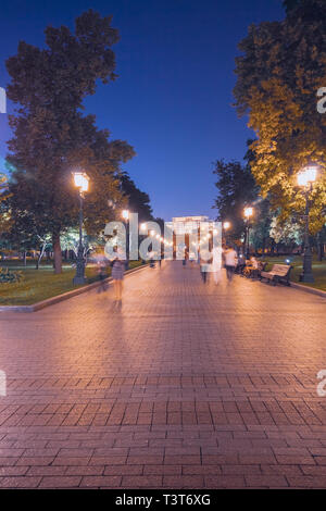 Alley in the Alexander Garden in Moscow in the evening people walking in the park - Stock Image