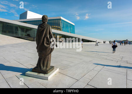 Opera House Oslo, rear view of the sculpture of opera singer Kirsten Flagstad sited on the waterfront concourse of the Oslo Opera House, Norway. - Stock Image