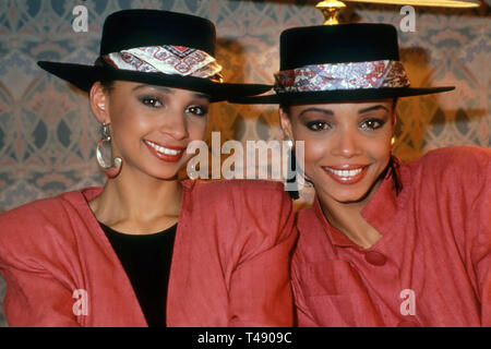 MEL AND KIM  English pop duo of sisters Melanie and Kim Appleby about 1987 - Stock Image
