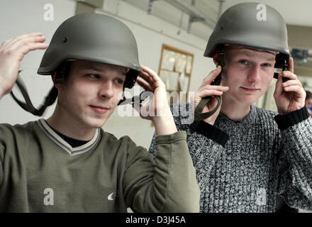 (dpa) - Two conscripts check the fit of their helmets: Dressing of conscripts at the Knuell barracks in Schwarzenborn, - Stock Image