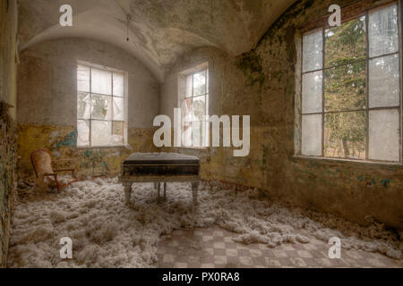 Interior view of room with grand piano in the abandoned medical complex in Beelitz, Brandenburg, Germany. - Stock Image