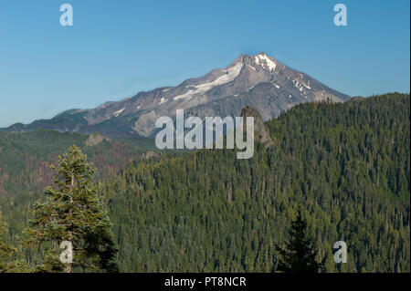 Oregon's Mount Jefferson and a volcanic plug named Spire Rock, as seen from a viewpoint near Outerson Mountain near Idanha, Oregon - Stock Image