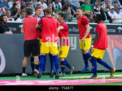 sports, football, Bundesliga, 2018/2019, Borussia Moenchengladbach vs RB Leipzig 1-2, Stadium Borussia Park, rejoicing at the 0-2 to Leipzig, visible f.l.t.r. goal scorer Marcel Halstenberg (RBL), substitute Diego Demme (RBL), substitute Willi Orban (RBL), substitute Bruma (RBL), DFL REGULATIONS PROHIBIT ANY USE OF PHOTOGRAPHS AS IMAGE SEQUENCES AND/OR QUASI-VIDEO - Stock Image