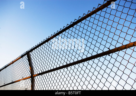 FENCE, BARRICADE, BLUE SKY, BOUNDARY, CHAIN-LINK FENCE, NOBODY, FENCE, OUTDOORS, SKY, PHOTOGRAPHIC STUDIES - Stock Image