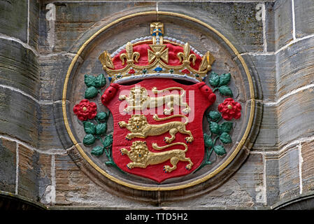 The royal arms of England on the Mercat Cross in Parliament Square next to St Giles Cathedral on the High Street in the Old Town of Edinburgh. - Stock Image