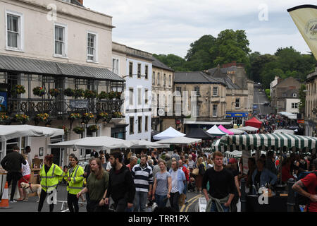 Frome Independent market.Crowds surround the many artisan stalls,where produce and crafts of all sorts are for sale the monthly market.Frome, Somerset - Stock Image