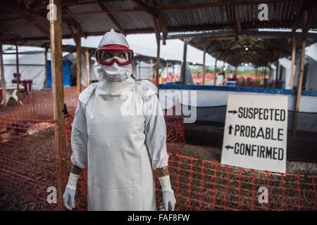 Ebola worker i na Red Cross treatment centre in Kenema, Sierra Leone - Stock Image