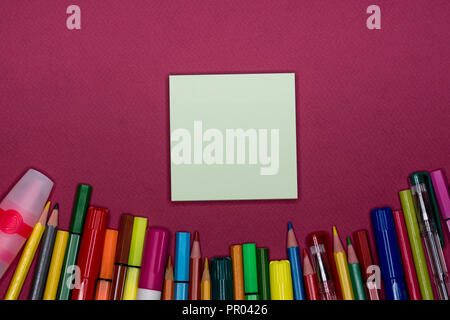 Sticky note, pencils on colorful background, blank copy space, text space - Stock Image