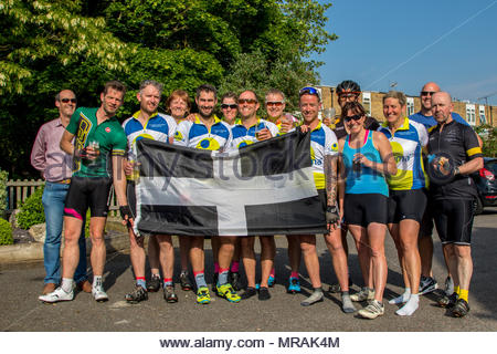 Hook, Hampshire, UK. 26th May 2018. Cancer patient and father of three Gareth Lancaster (40) and a team of cyclist from Cornwall are riding 240 miles of the Trafalgar Way from Launceston to Admiralty Arch, London to raise funds for Sarcoma UK. Over £13k has already been pledged. Despite major surgery last year in Birmingham Orthopaedic Hospital to remove a tumour and much of the front of his pelvis, Gareth's cancer has returned and he will require further surgery after the ride. Photo: The team and support drivers in Hook Credit: Images by Russell/Alamy Live News - Stock Image