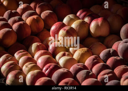 Peaches on sale in the market of Aix en Provence, France - Stock Image