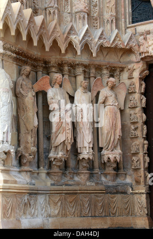 Angel Statues to the Left of the Central Portal of Reims Cathedral, Reims, Marne, Champagne-Ardennes, France. - Stock Image
