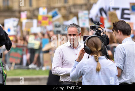 London, UK. 25th May2019. Crowds of schoolchildren surround College Green, Westminster to make their views heard to the world's media during the Fridays For Future climate strike, London. Jonathan Bartley, co-leader of the Green Party, interviewed Credit: PjrFoto/Alamy Live News - Stock Image