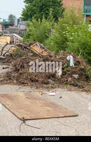 Fly tipping on trading estate, Heathrow / Colnbrook, England - Stock Image