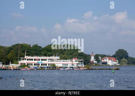 Deutschland, Niedersachsen, Bad Zwischenahn, Uferpartie, Bootsanleger, Ausflugsdampfer - Stock Image