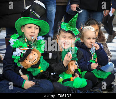 London, UK, 17th Mar 2019. London celebrates with a spectacular St Patrick's Day parade, led by this year's Grand Marshal, actor James Nesbitt. Now in its 17th year, the parade attracts more than 50,000 people for a colourful procession of Irish marching bands from the UK, US and Ireland, energetic dance troupes and spectacular pageantry. Credit: Imageplotter/Alamy Live News - Stock Image