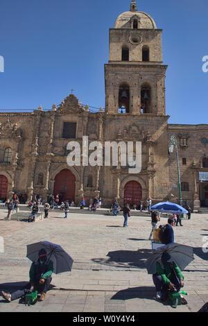 Masked lustrabotas (shoeshine boys) in front of the Basílica de San Francisco church in La Paz, Bolivia - Stock Image