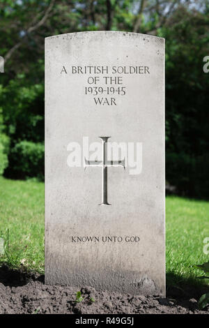 British war grave, a headstone marking the grave of an unknown British soldier in the Garrison Cemetery in Citadel Park in Poznan (Posen), Poland. - Stock Image