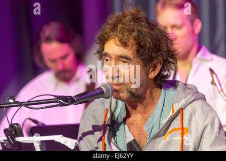 Walsall, West Midlands, UK. 22 March 2015. English singer songwriter Jona Lewie with the band The Parnells at a - Stock Image